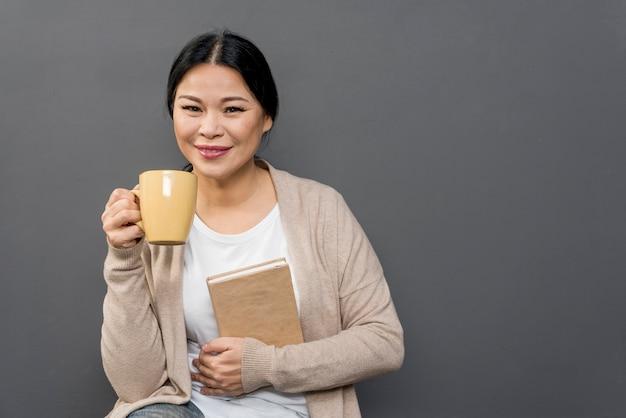 コーヒーを飲みながら読書する女性 無料写真