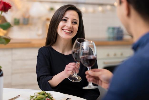 ワインのグラスと応援正面の素敵なカップル 無料写真