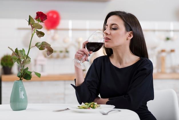 赤ワインのグラスを飲む美人 無料写真