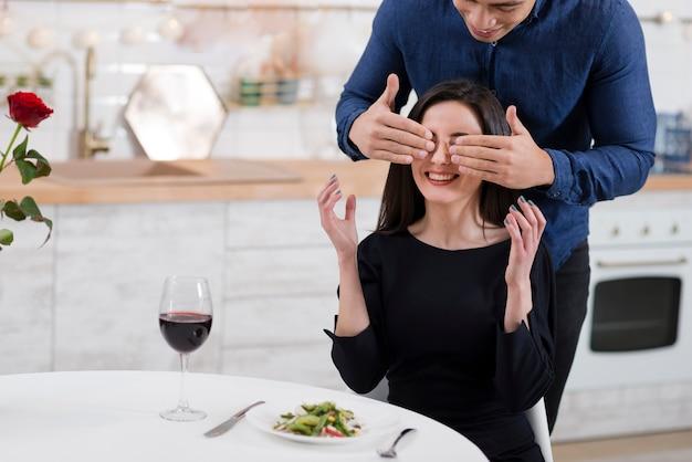 コピースペースで彼のガールフレンドの目を覆っている男 無料写真