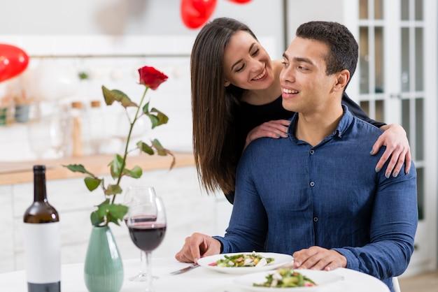 夕食のテーブルでバレンタインの日に一緒に時間を過ごすカップル 無料写真