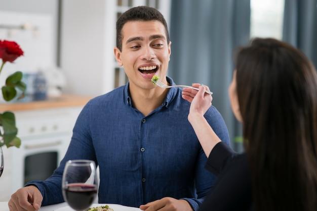 男と女のロマンチックな夕食 無料写真