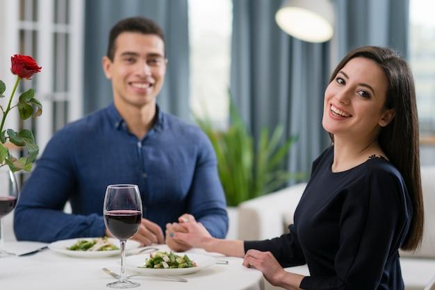 一緒にロマンチックなディナーを持っているカップル 無料写真