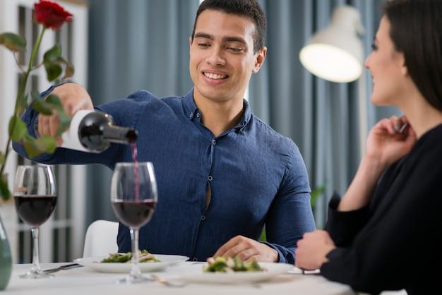 ロマンチックなディナーを一緒に持っている正面のカップル 無料写真