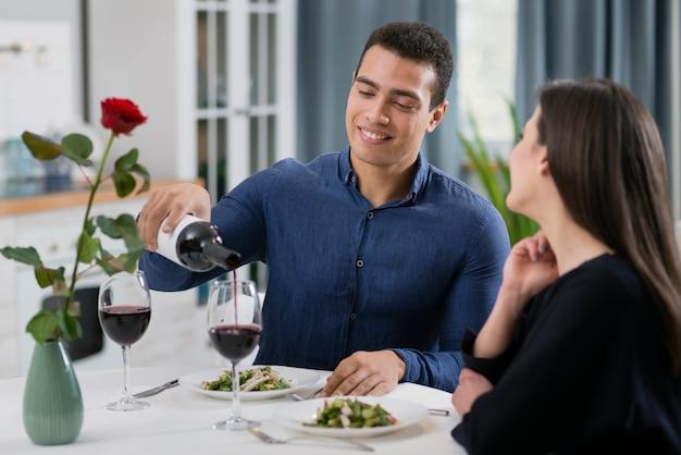 Женщина и мужчина вместе проводят романтический ужин Бесплатные Фотографии