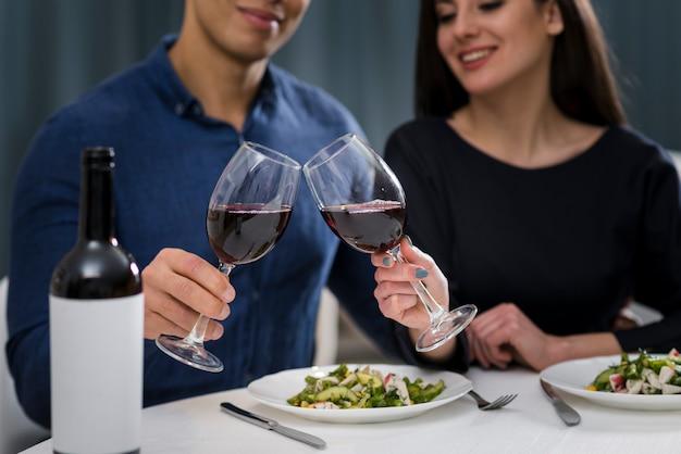 Мужчина и женщина с романтическим ужином в день святого валентина Бесплатные Фотографии