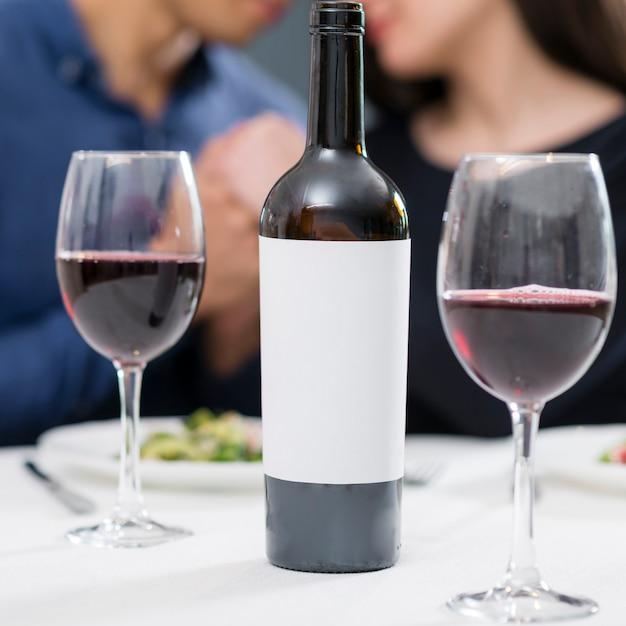 Бутылка и бокалы вина для романтического ужина Бесплатные Фотографии