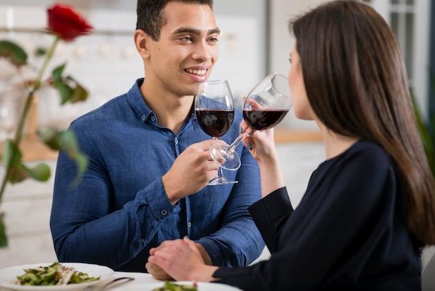 Мужчина смотрит на свою жену, держа бокал вина Бесплатные Фотографии
