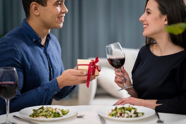 Мужчина дарит подарок своей девушке Бесплатные Фотографии
