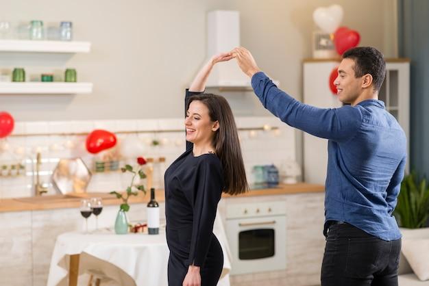 Мужчина и женщина танцуют вместе на день святого валентина с копией пространства Бесплатные Фотографии