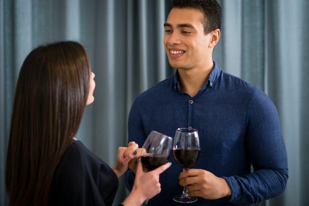 Пара, имеющая бокал вина вместе Бесплатные Фотографии