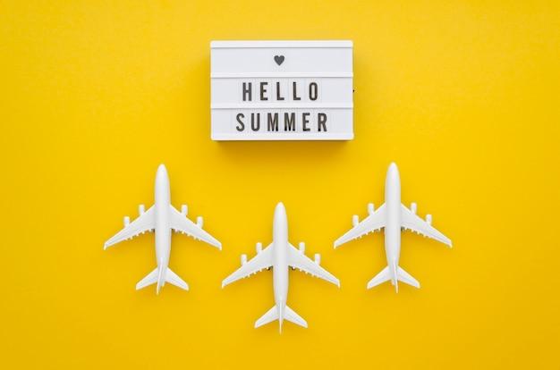 こんにちはテーブルの上の飛行機で夏タグ 無料写真