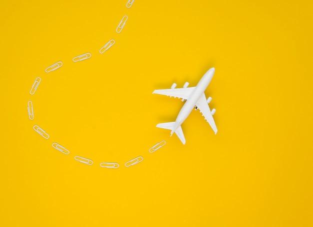 コピースペースを持つテーブルの上の飛行機のおもちゃ 無料写真