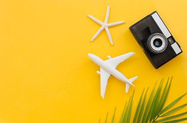コピースペース飛行機とカメラ 無料写真