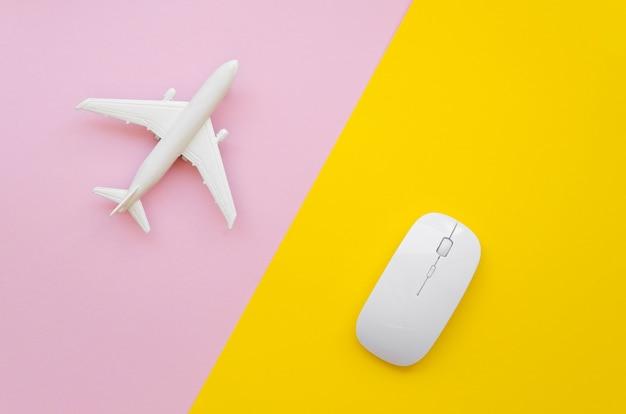 飛行機とテーブルの上のマウス 無料写真
