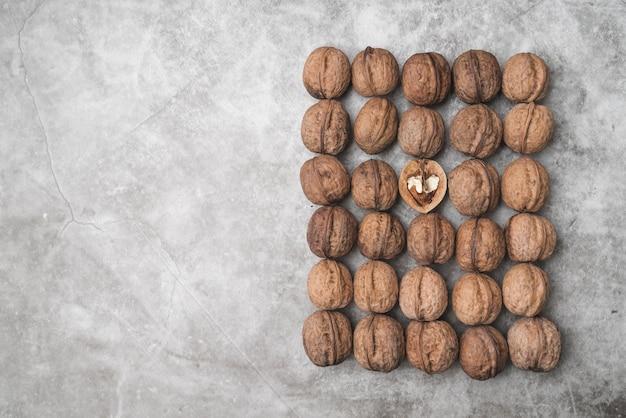 Вид сверху расположения орехов с копией пространства Бесплатные Фотографии