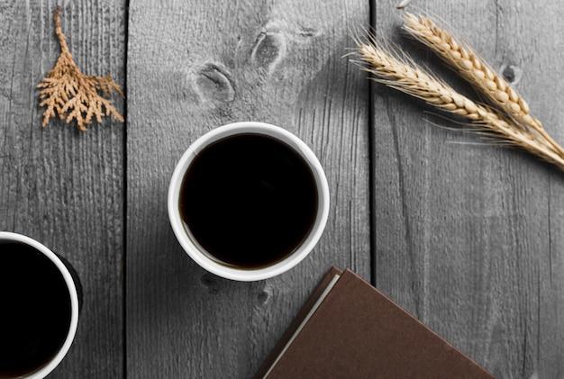 Плоская планировка с чашкой черного кофе Бесплатные Фотографии