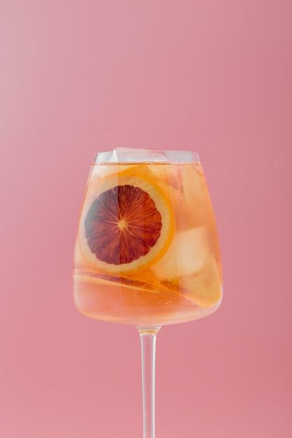 フルーティーな飲料とピンクの背景の配置 無料写真