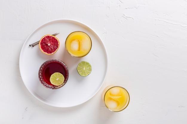 Ассорти из вкусных напитков и красного апельсина Бесплатные Фотографии