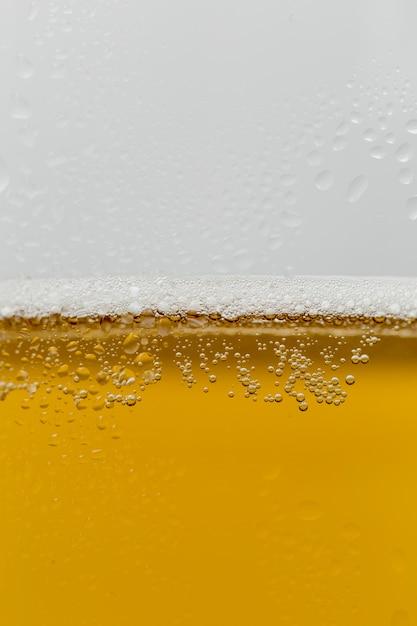 泡とさわやかなビールのクローズアップガラス 無料写真