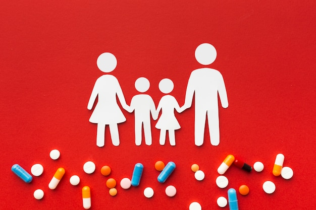 Картонные семейные формы и медицинские таблетки Бесплатные Фотографии