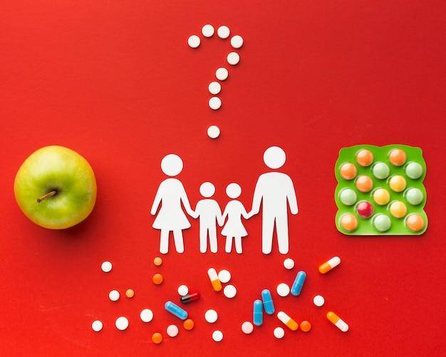 Картонные семейные формы с таблетками и здоровой пищей Бесплатные Фотографии