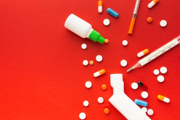 Вид сверху медицинские таблетки и шприцы Бесплатные Фотографии