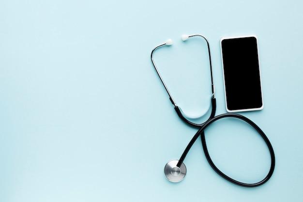 コピースペースを持つ携帯電話と聴診器の概念上のオンライン医師 無料写真