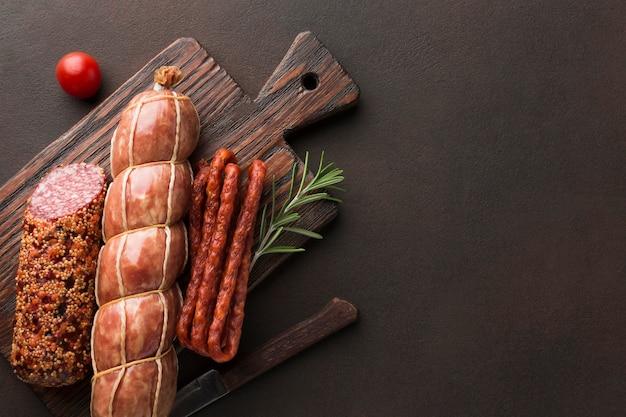 コピースペースを持つテーブルの上の肉の様々なトップビュー 無料写真