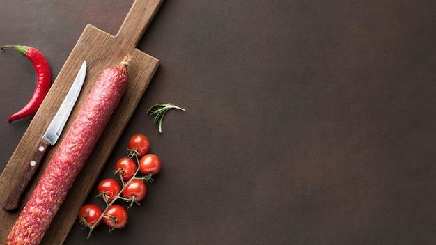 チェリートマトとトップビュー新鮮なサラミ 無料写真