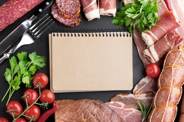 トマトとテーブルの上のトップビュー選択おいしい肉 無料写真