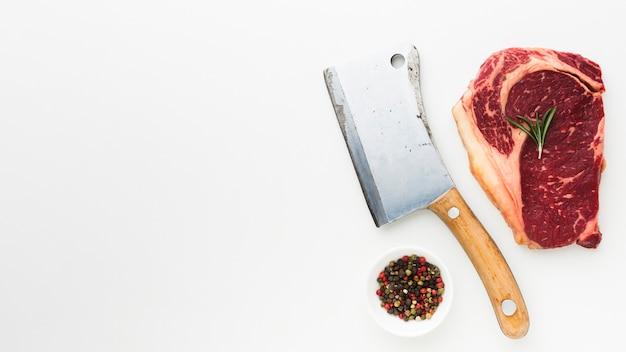 調理する準備ができて唐辛子とトップビュー新鮮なステーキ 無料写真