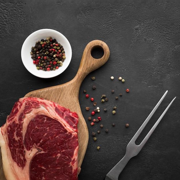 トップビュー新鮮なステーキを調理する準備ができて 無料写真