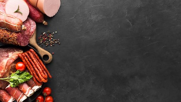 コピースペースでサラミと肉のトップビューの選択 無料写真