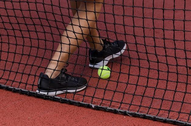 Ноги теннисиста рядом с сеткой Бесплатные Фотографии