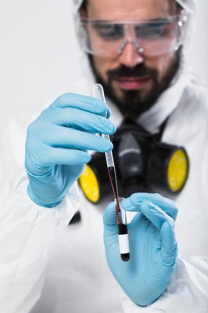 Портрет взрослого мужчины, берущего медицинские образцы Бесплатные Фотографии