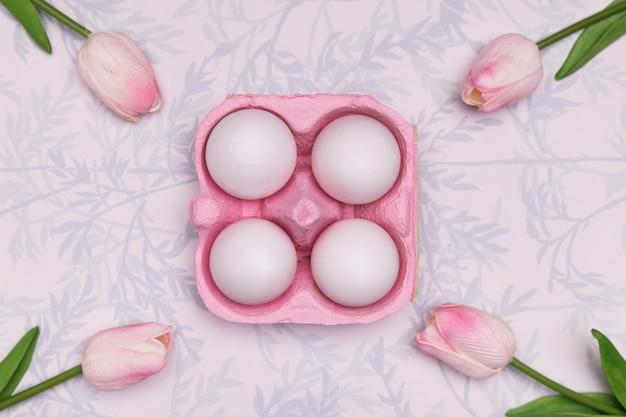 卵とチューリップのトップビューの配置 無料写真