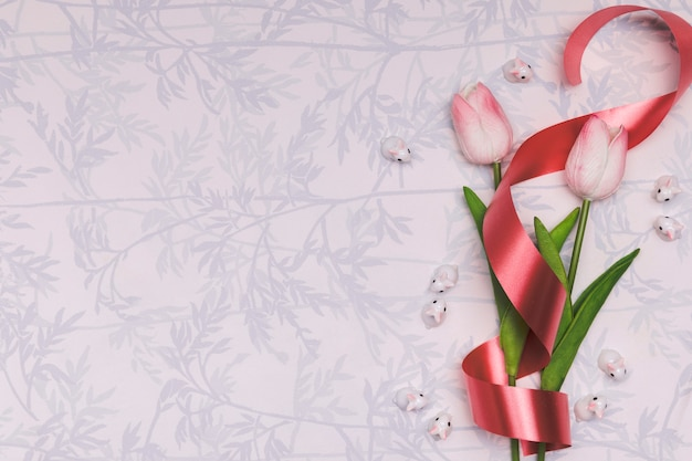 Выше рамка с тюльпанами и красной лентой Бесплатные Фотографии