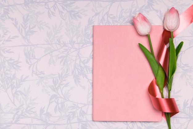 Рамка сверху с тюльпанами и блокнотом Бесплатные Фотографии
