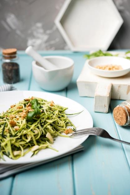 Салат с вилкой на деревянный стол и размытый фон Бесплатные Фотографии