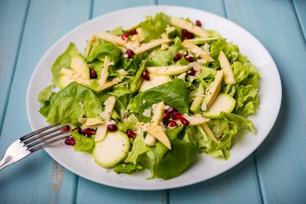 Минималистский полезный салат с вилкой Бесплатные Фотографии