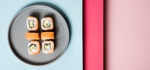 寿司ロールのミニマルプレート 無料写真