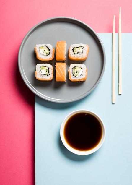 巻き寿司と醤油の配置 無料写真