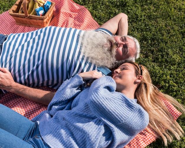 Отец и дочь проводят время вместе Бесплатные Фотографии