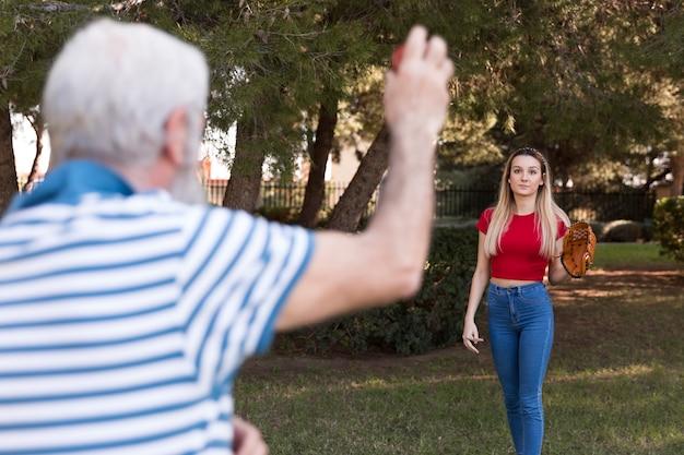 Отец и дочь играют в бейсбол Бесплатные Фотографии