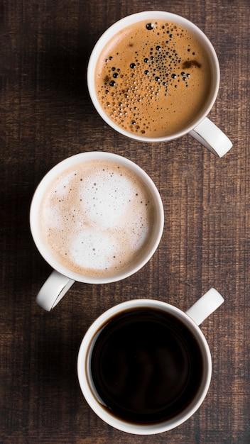 Ассортимент черного кофе и кофе с молоком вид сверху Бесплатные Фотографии