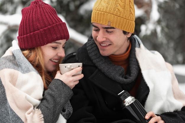 Пара с зимней одеждой проводит время на свежем воздухе Бесплатные Фотографии