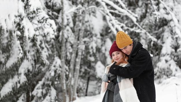 カップルを抱いて冬の風景 無料写真