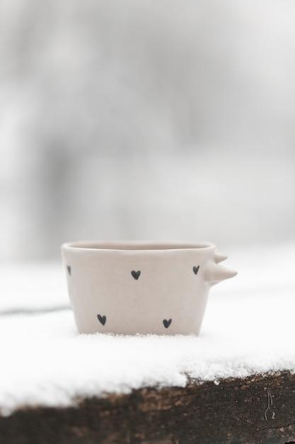 Чашка чая крупным планом на открытом воздухе зимой Бесплатные Фотографии