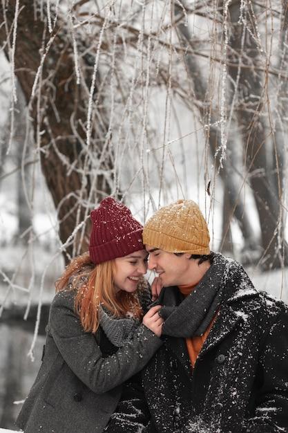 Молодая пара смотрит друг на друга в парке Бесплатные Фотографии